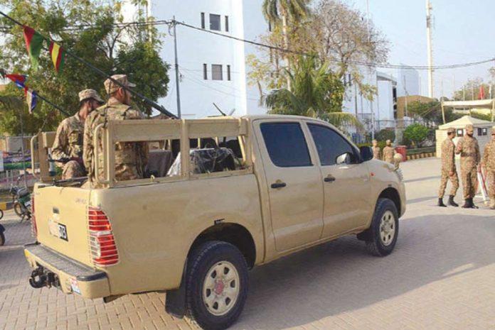 کراچی: پی ایس ایل فور کے سلسلے میں پاک فوج کے دستے نیشنل اسٹیڈیم کی سیکورٹی سنبھال رہے ہیں