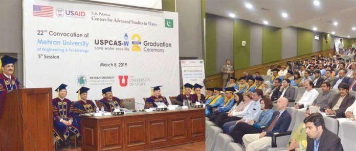 جامشورو: وزیراعلیٰ سندھ مراد علی شاہ مہران یونیورسٹی کے کانووکیشن سے خطاب کررہے ہیں