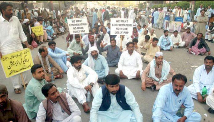 سندھ یونیورسٹی ٹیسٹ پاس ٹیچرز اپنے مطالبات کے حق میں دھرنا دیے ہوئے ہیں