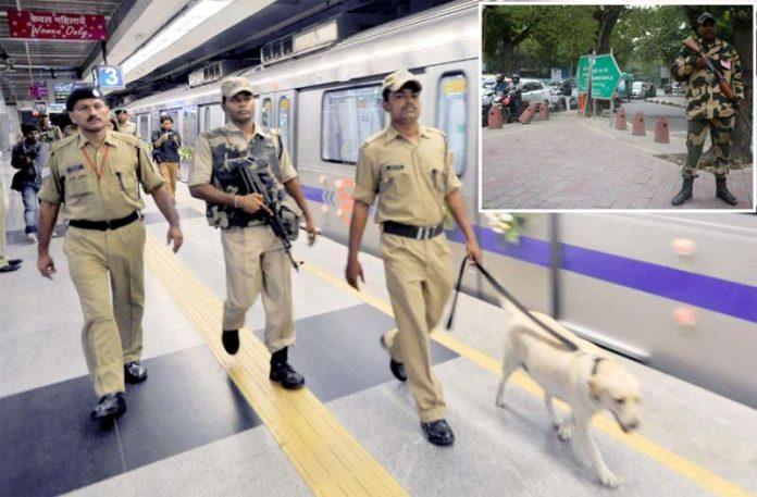 نئی دہلی: پولیس کھوجی کتے کے ساتھ ریلوے اسٹیشن پر گشت کررہی ہے' سڑکوں پر فوج تعینات ہے
