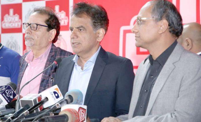 وزیر بلدیات اور کمشنر کراچی پی ایس ایل کی افتتاحی تقریب سے خطاب کررہے ہیں