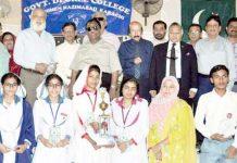 پاکستان کوئز سوسائٹی کے تحت منعقدہ مقابلہ معلومات کے کامیاب طلبہ و طالبات کا ہارون رشید و دیگر کے ساتھ گروپ فوٹو