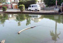 بہادرآباد میں سیوریج کے پانی سے سڑک بند پڑی ہے