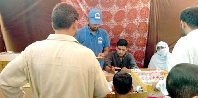 جماعت اسلامی جنوبی کے زیر اہتمام کالا پل میں فری میڈیکل کیمپ میں مریضوں کو طبی امداد دی جارہی ہے