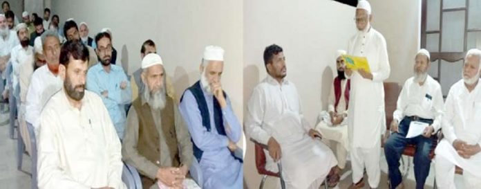 جماعت اسلامی ضلع ملیر کے نومنتخب امیر محمد اسلام امارت کا حلف اٹھا رہے ہیں