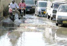 جناح اسپتال کے قریب سڑک ٹوٹی ہوئی ہے سیوریج کا پانی جمع ہونے کی وجہ سے ٹریفک کی روانی متاثر ہو رہی ہے (فوٹو: جسارت)