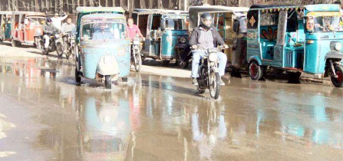 صدر پارکنگ پلازا کے سامنے سیوریج کے پانی کی وجہ سے ٹریفک کی روانی متاثر ہے
