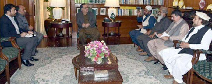 گورنر سندھ عمران اسماعیل سے رکن سندھ اسمبلی شاہنواز جدون کی سربراہی میں تاجران صدر مارکیٹ کا وفد ملاقات کر رہا ہے