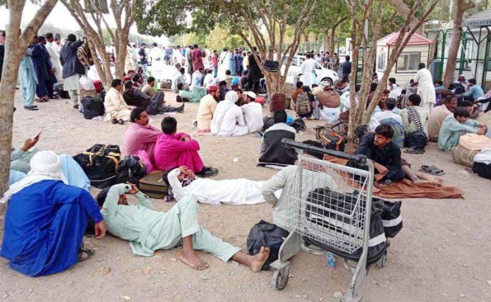 کراچی: فضائی حدود کی بندش کے باعث مسافروں کی بڑی تعداد جناح ائرپورٹ کے باہرجمع ہے