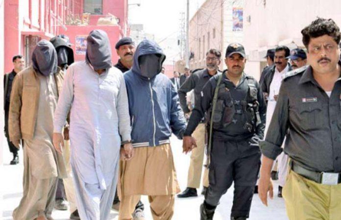 لاڑکانہ: باجوڑ کے مزدوروں کے قتل میں ملوث ملزمان کو انسداد دہشتگردی عدالت میں پیشی کے لیے لایا جارہاہے