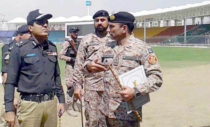 کراچی: ایڈیشنل آئی جی پولیس ڈاکٹر امیر شیخ رینجرز حکام کے ہمراہ نیشنل اسٹیڈیم کا دورہ کررہے ہیں
