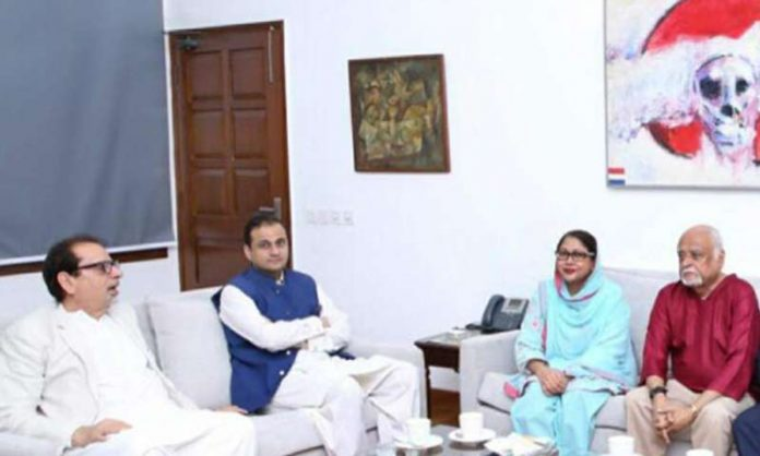 پی پی پی کی رہنما فریال تالپور کا آرٹس کونسل کے دورے کے موقع پر احمد شاہ سے ملاقات کر رہی ہیں
