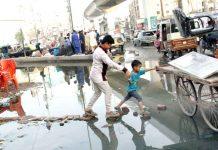 لسبیلہ چوک کے قریب سیوریج کے پانی کی وجہ سے آنے جانے والوں کو شدید پریشانی کا سامنا ہے