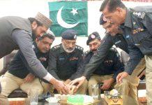 ایس ایچ او رضویہ ذوالفقار کیانی کی جانب سے یوم پاکستان کی تقریب میں آصف رضا قادری و دیگر کیک کاٹ رہے ہیں