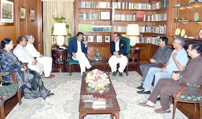 کراچی: وزیراعظم عمران خان گورنر ہاؤس میں ایم کیوایم کے وفد سے ملاقات کررہے ہیں