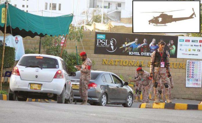 کراچی: پی ایس ایل میچ کے دوران سیکورٹی عملہ اسٹیڈیم میں داخل ہونے والی گاڑیوں کے کاغذات چیک کررہے ہیں، چھوٹی تصویر میں ہیلی کاپٹر سے فضائی نگرانی کی جارہی ہے