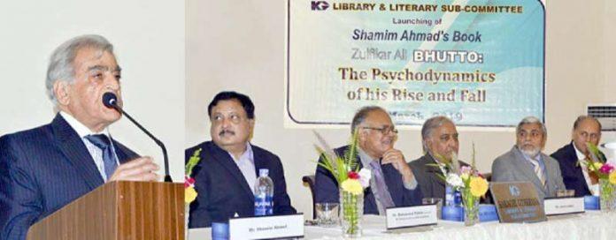 ذوالفقار علی بھٹو:عروج و زوال نامی کتاب کے مصنف شمیم احمد کراچی جیمخانہ میں کتاب کی رونمائی پر خطاب کر رہے ہیں