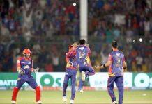 کراچی: کراچی کنگز کے کھلاڑی اسلام آباد یونائیٹڈ کے کھلاڑی کو آؤٹ کرنے پر خوشی کا اظہار کررہے ہیں