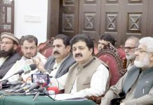 پشاور: وزیراعلیٰ خیبر پختونخوا کے مشیر برائے ضم اضلاع اجمل خان وزیر پریس کانفرنس کررہے ہیں