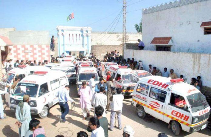 حیدرآباد، امدادی ٹیمیں گھر سے برآمد ہونے والی لاشوں کو اسپتال منتقل کر رہی ہیں
