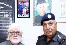 ڈی ایس پی ٹریفک لانڈھی ڈویژن کراچی ملک محمد اختر خان کی کتاب ''یادوں کے خزانے''کی تقریب رونمائی پر نسیم الدین کو پیش کر رہے ہیں