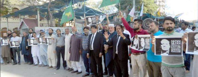 ن لیگ کے کارکنان نواز شریف کی رہائی کے لیے پریس کلب کے باہر مظاہرہ کر رہے ہیں (فوٹو: جسارت)