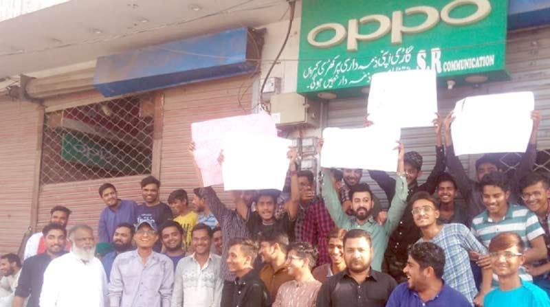 لانڈھی:بابر موبائل مارکیٹ کے تاجر پی ٹی اے کی پالیسوں کے خلاف احتجاج کر رہے ہیں