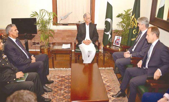 راولپنڈی: برطانوی سیکرٹری دفاع پرویزخٹک سے ملاقات کررہے ہیں