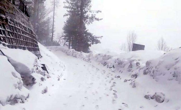 ایبٹ آباد: شدید برفباری کے بعد سڑک بند ہے