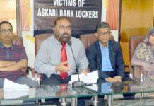 پریس کلب میں عسکری بینک کے متاثرین ڈاکٹر عبدالوحید پریس کانفرنس کررہے ہیں