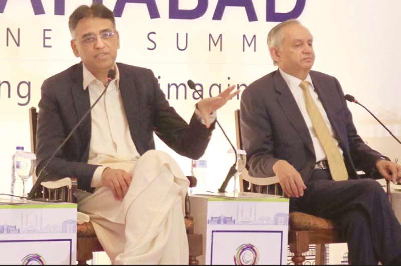 اسلام آباد: وفاقی وزیر خزانہ اسد عمر تاجروں کے عالمی سیمینار سے خطاب کررہے ہیں