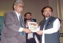 جامعہ کراچی میں سیمینار میں پروفیسر آزاد بن حیدر اپنی کتاب عبداللہ خان کو پیش کر رہے ہیں