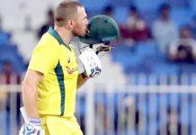شارجہ : آسٹریلوی بلے باز فنچ سنچری مکمل کرنے کے بعد ہیلمٹ کو چوم رہے ہیں