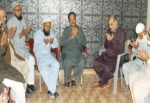 امیر جماعت اسلامی کراچی حافظ نعیم الرحمن جہاندادعلی کے گھر پر اہل خانہ سے تعزیت کے بعد فاتحہ خوانی کررہے ہیں