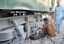 حیدرآباد، ریلوے ملازمین ماروی ایکسپریس کی پٹڑی سے اترنے والی بوگی کی مرمت کررہے ہیں