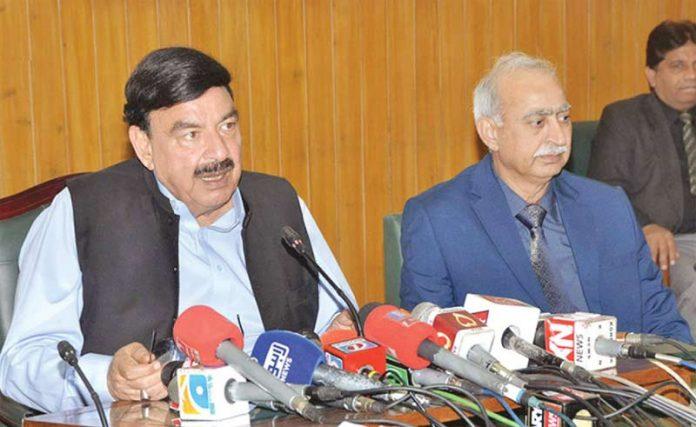 لاہور، وزیر ریلوے شیخ رشید میڈیا نمائندوں سے گفتگو کررہے ہیں