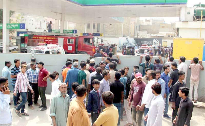 کراچی: سی این جی اسٹیشن پر سلنڈر دھماکے کے بعد لوگوں کی بڑی تعداد پمپ کے باہر جمع ہے