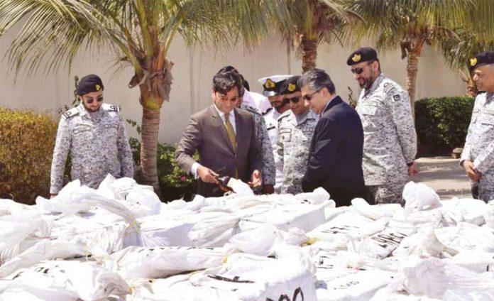 کراچی: پاکستان میری ٹائم سیکورٹی ایجنسی کے حکام بڑی تعدا د میں پکڑی گئی غیر ملکی شراب میڈیا کو دکھا رہے ہیں