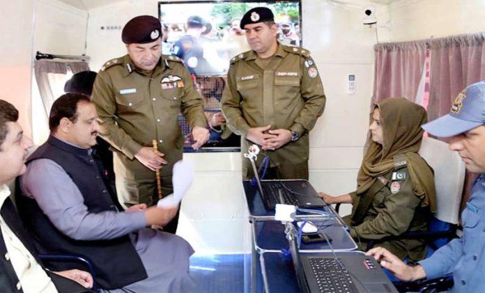 ملتان، وزیر اعلیٰ پنجاب سردار عثمان بزدار پاکستان کی پہلی پولیس موبائل خدمت مرکز کا افتتاح کررہے ہیں