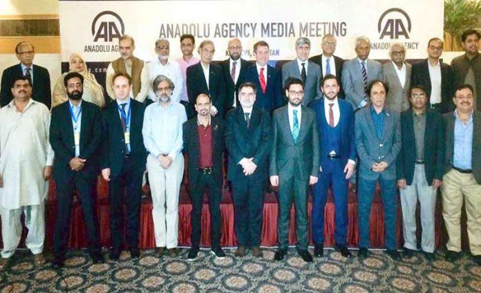کراچی: ترک خبر ایجنسی اناطولیہ کی لانچنگ کی تقریب میں سینئر صحافیوں کا گروپ فوٹو
