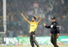 کراچی :پشاور زلمے کے حسن علی کا وکٹ لینے کے بعد منفرد انداز
