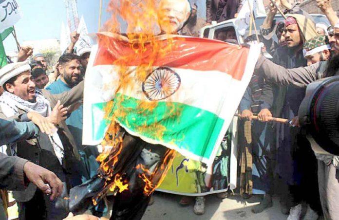 پشاور: بھارتی جارحیت کے خلاف احتجاج کے دوران بھارتی پرچم اور مودی کا پتلا نذرآتش کیا جارہا ہے