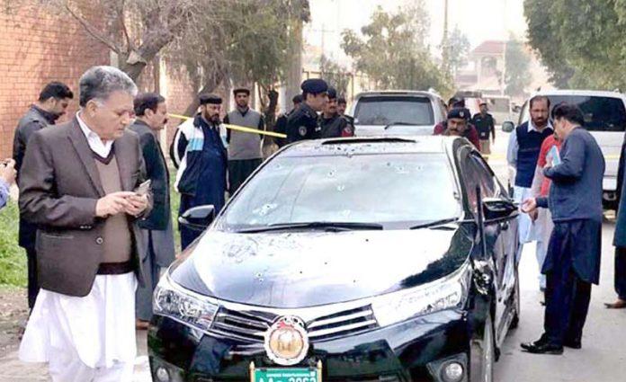 پشاور: ہائیکورٹ کے جج محمد ایوب مروت کی گاڑی پر حملے کے بعد سیکورٹی اہلکار جائے وقوع کا معائنہ کررہے ہیں