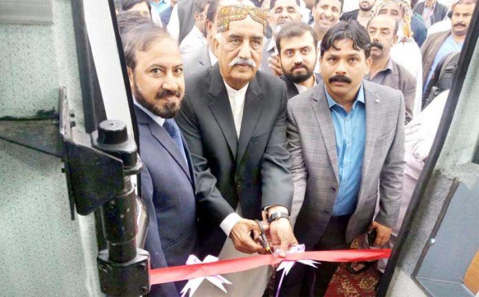 سکھر: پیپلزپارٹی کے سینئر رہنما خورشید شاہ ایمبولینس سروس کا افتتاح کر رہے ہیں