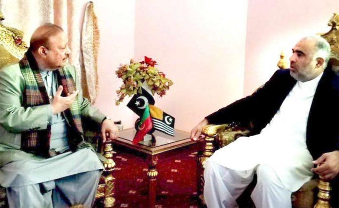 ٓآزاد کشمیر: اسپیکر قومی اسمبلی اسد قیصر سے پی ٹی آئی کے رہنما و سابق وزیراعظم آزاد کشمیر بیرسٹر سلطان محمود ملاقات کررہے ہیں