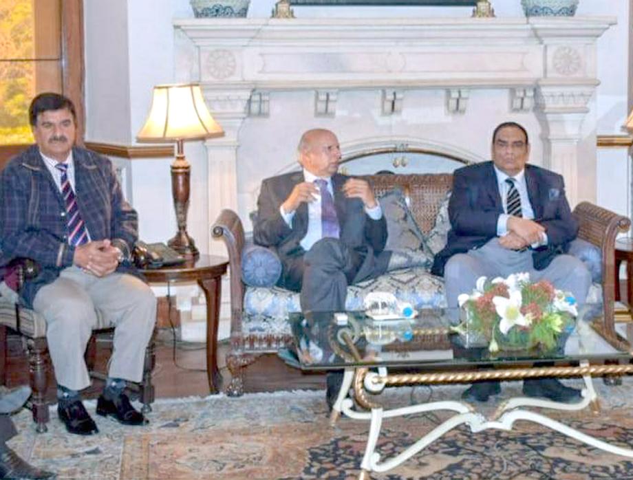 سینئرنائب صدرسارک چیمبرافتخار علی ملک گورنر پنجاب چوہدری محمدسرورسے ملاقات کررہے ہیں