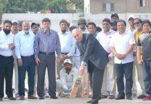 پروفیسر اعجاز فاروقی عبدالحمید کھتری ٹی ٹوئنٹی ٹورنامنٹ کا شاٹ کھیل کر افتتاح کررہے ہیں
