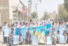 حیدر آباد، عالمی یوم پانی کے موقع پر الخدمت کے تحت واک میں اسکول کے طلبہ وطالبات بینرز اور پوسٹر اٹھائے ہوئے ہیں