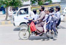 حیدرآباد ،حسین آباد کے علاقے میں موٹرسائیکل سوار 6 بچوں کو لے کر اسکول چھوڑنے جارہا ہے جو کسی بھی حادثے کاباعث بن سکتا ہے