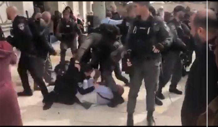 قابض اسرائیلی فوجی عورتوں کو مسجد اقصی میں زدوکوب کرتے ہوئے